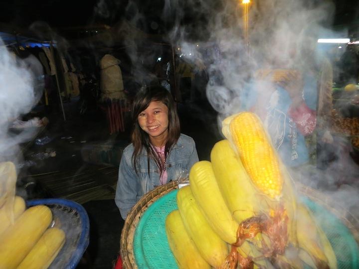 10 FOTO) Una ragazza nel mercato notturno