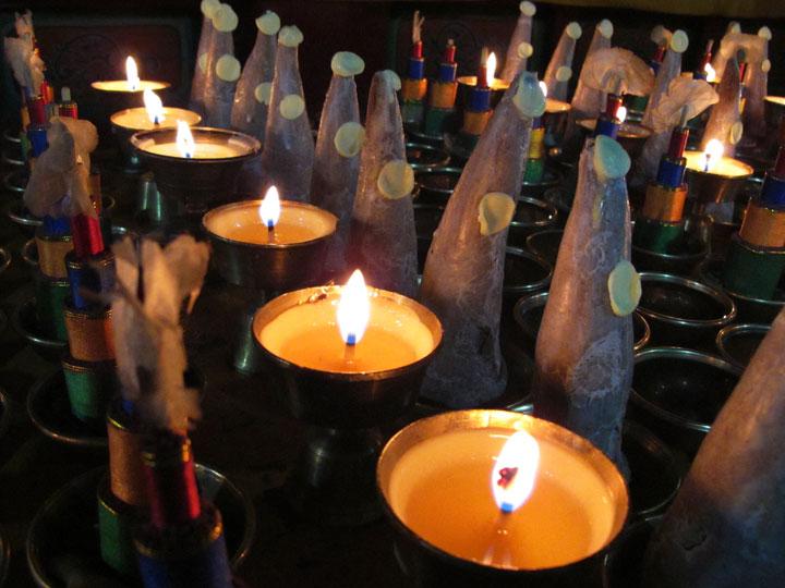 Candele-sacre-cultura-e-minoranze-etniche-qinghai-tibet-cina-emotions-magazine-rivista-viaggi-turismo_n6