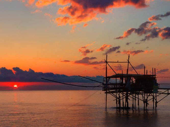 trabocco-trabucco al tramonto viaggio lungo la costa dei trabocchi viaggio costa abruzzese emotions magazine rivista viaggi turismo
