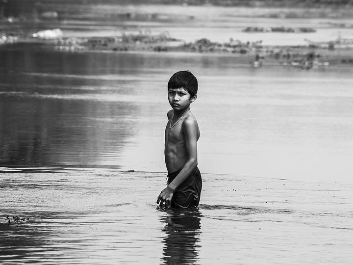 bambino fiume nepal viaggio nepal sauraha foto lorenzo zelaschi emotions magazine rivista viaggi rivista turismo