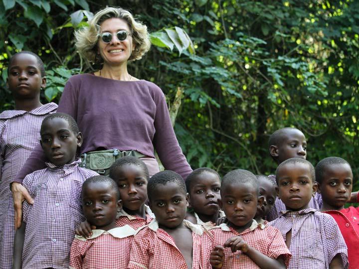 autrice con i bimbi batwa emotions magazine rivista viaggi rivista turismo