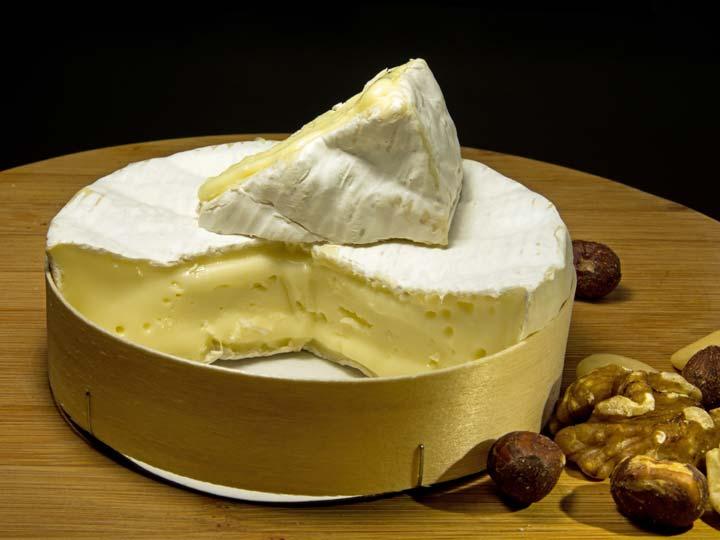 il celebre formaggio Camembert l'altrettanto famosa scatola tonda di legno dell'ing. Ridel - emotions magazine - rivista viaggi - rivista turismo