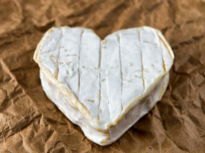 il formaggio Neufchatel, creato nell'anno 1035, a forma di cuore - emotions magazine - rivista viaggi - rivista turismo