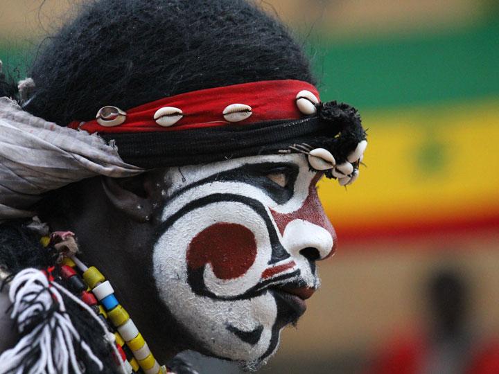 i mille volti del senegal - attore della cerimonia del faux lion Senegal - viaggio senegal - emotions magazine - rivista viaggi - rivista turismo