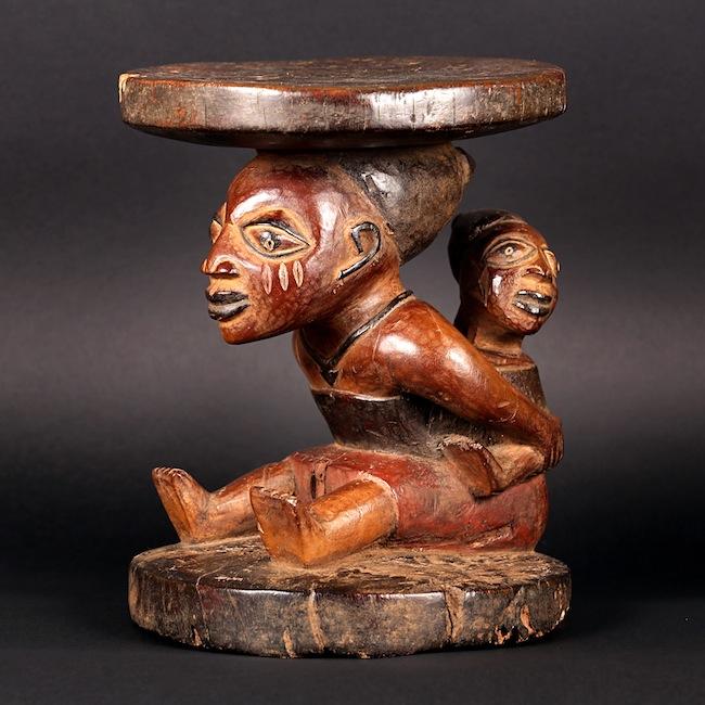 5-Sgabello a cariatide Yoruba con figura di maternita