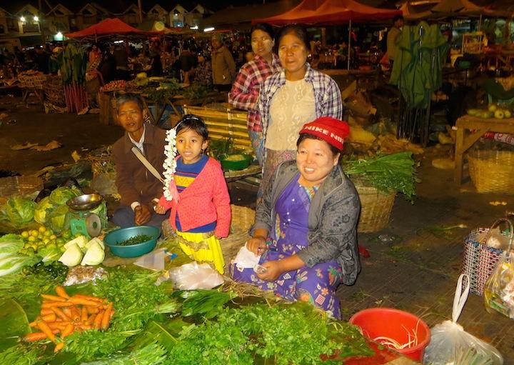 8 FOTO) Una famiglia di contadini nel mercato Myoma