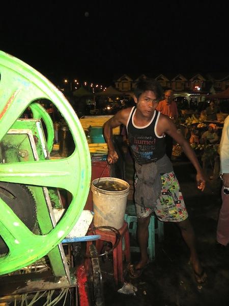 9 FOTO) Un venditore di succo da canna nel mercato Myoma