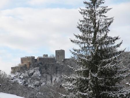 Castello_di_Gropparello_-_Esterno_con_neve_2