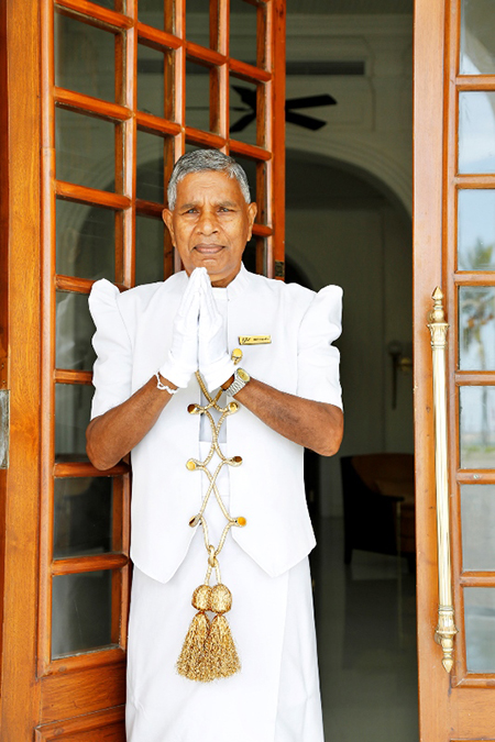 Sri Lanka, Colombo, Galle Face Hotel, Kolonialhotel, Pförtner im weißen Sarong, Engl.: colonial hotel, doorman in white sarong