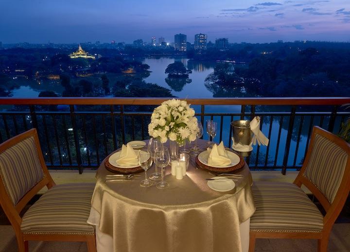 Il terrazzo del Royal Lake Suite con, sullo sfondo, lo Schwedagon