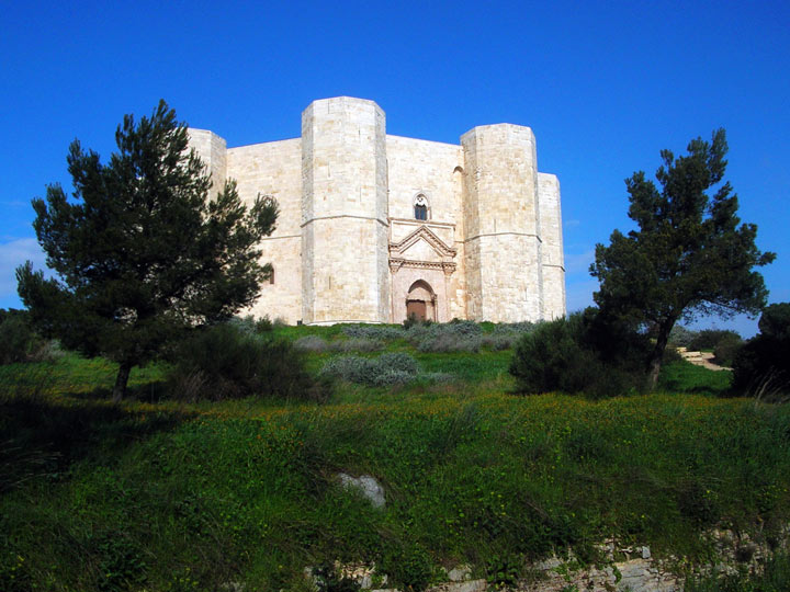 Castel_del_monte_-emotions-magazine-rivista-viaggi-rivista-turismo_n1